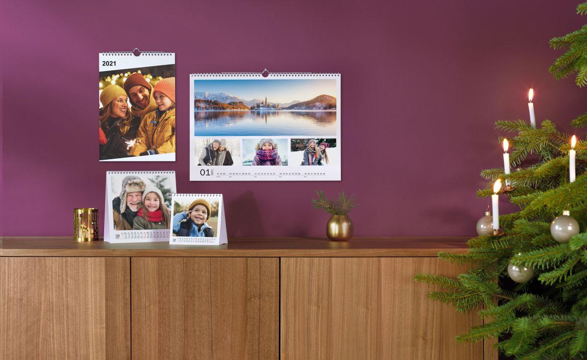 Verschiedene Fotokalender an einer Wand hängend.