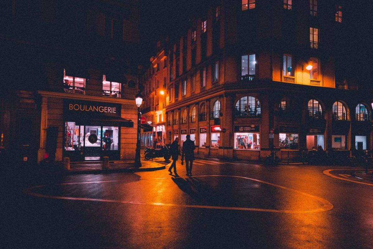 Foto einer Straße bei Nacht