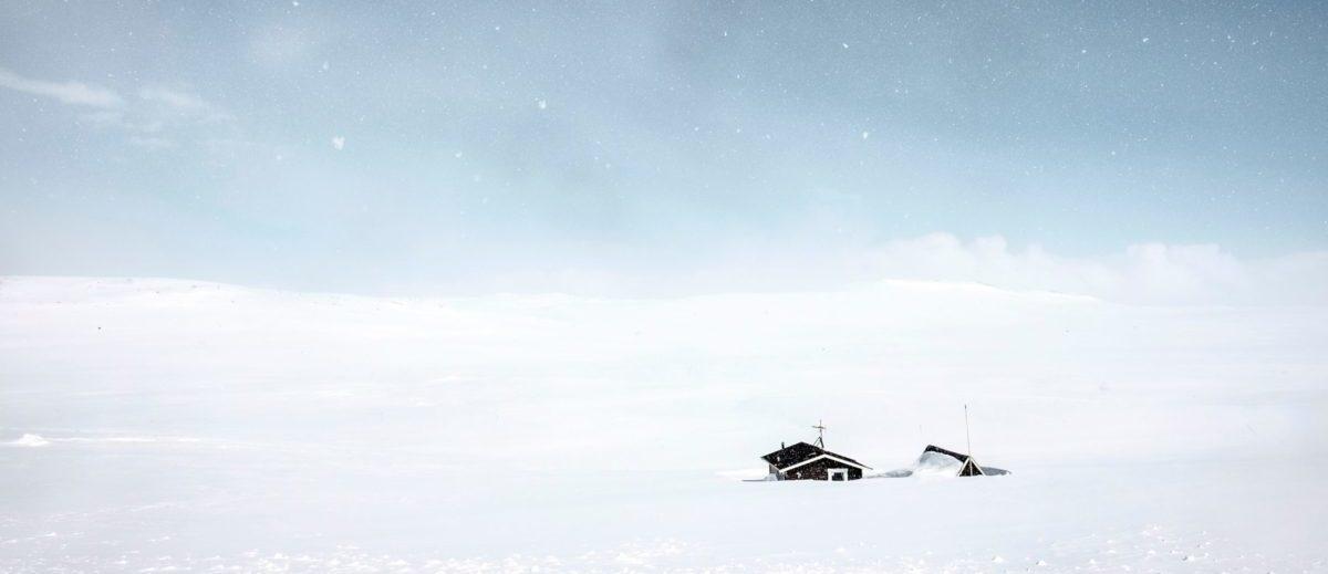 ein einsames Haus in der weiten Schneelandschaft