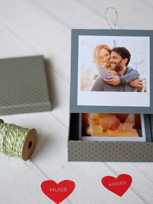 Box mit aufgeklapptem Fotoleporello und Deckel