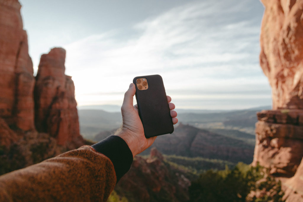 Person hält Smartphone für Selfie