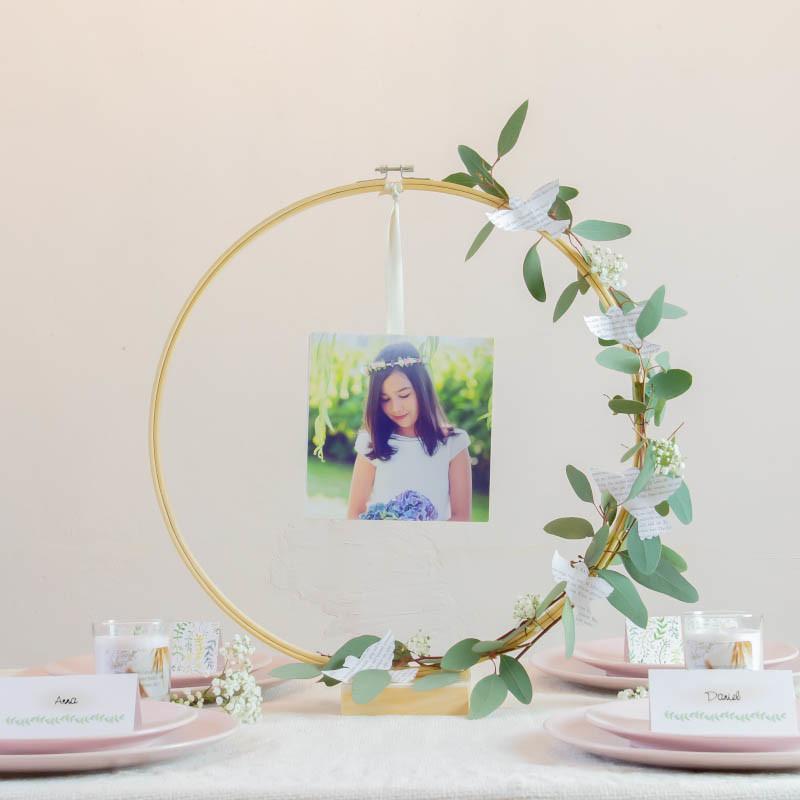 runder Stickrahmen mit Foto von Kind in der Mitte und Blumendeko
