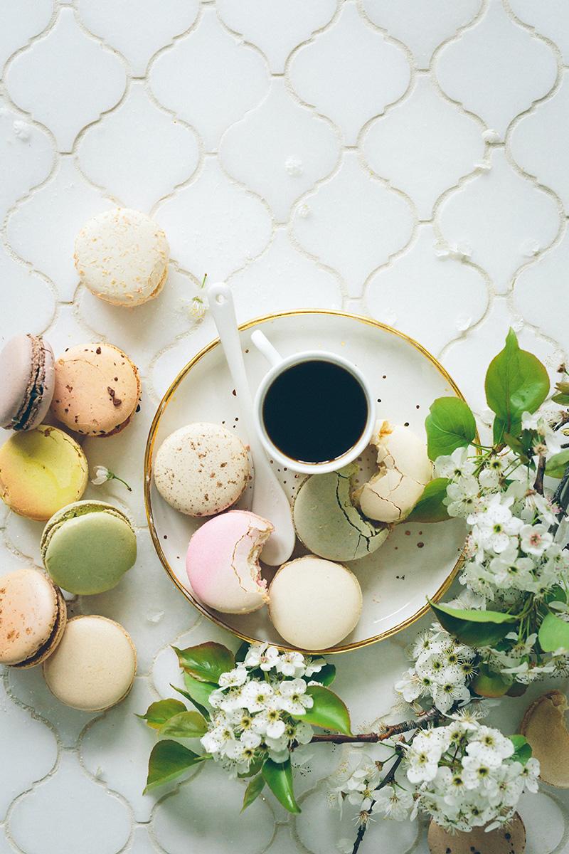 Macarons mit Kaffee auf Fliesen