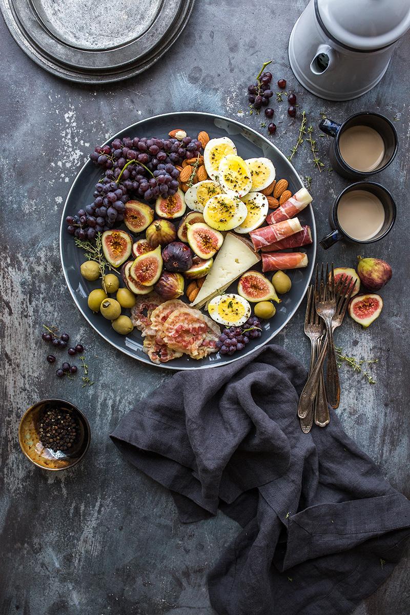 Schale mit Früchten, Beeren und Käse