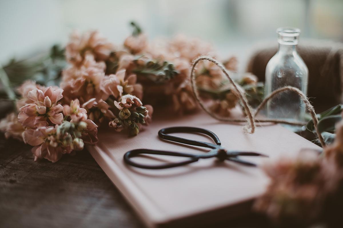 Blumen und Schere als Stillleben