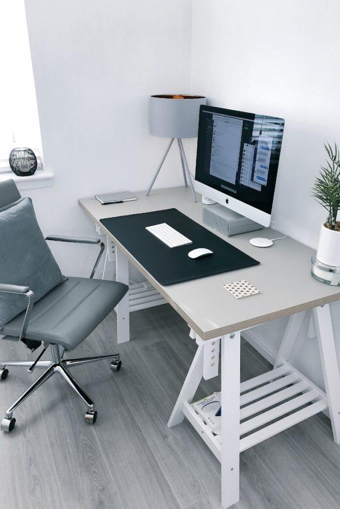 Schreibtisch mit Bürostuhl und Computer