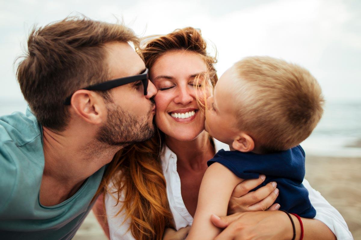 Familie mit dem Handy fotografieren.
