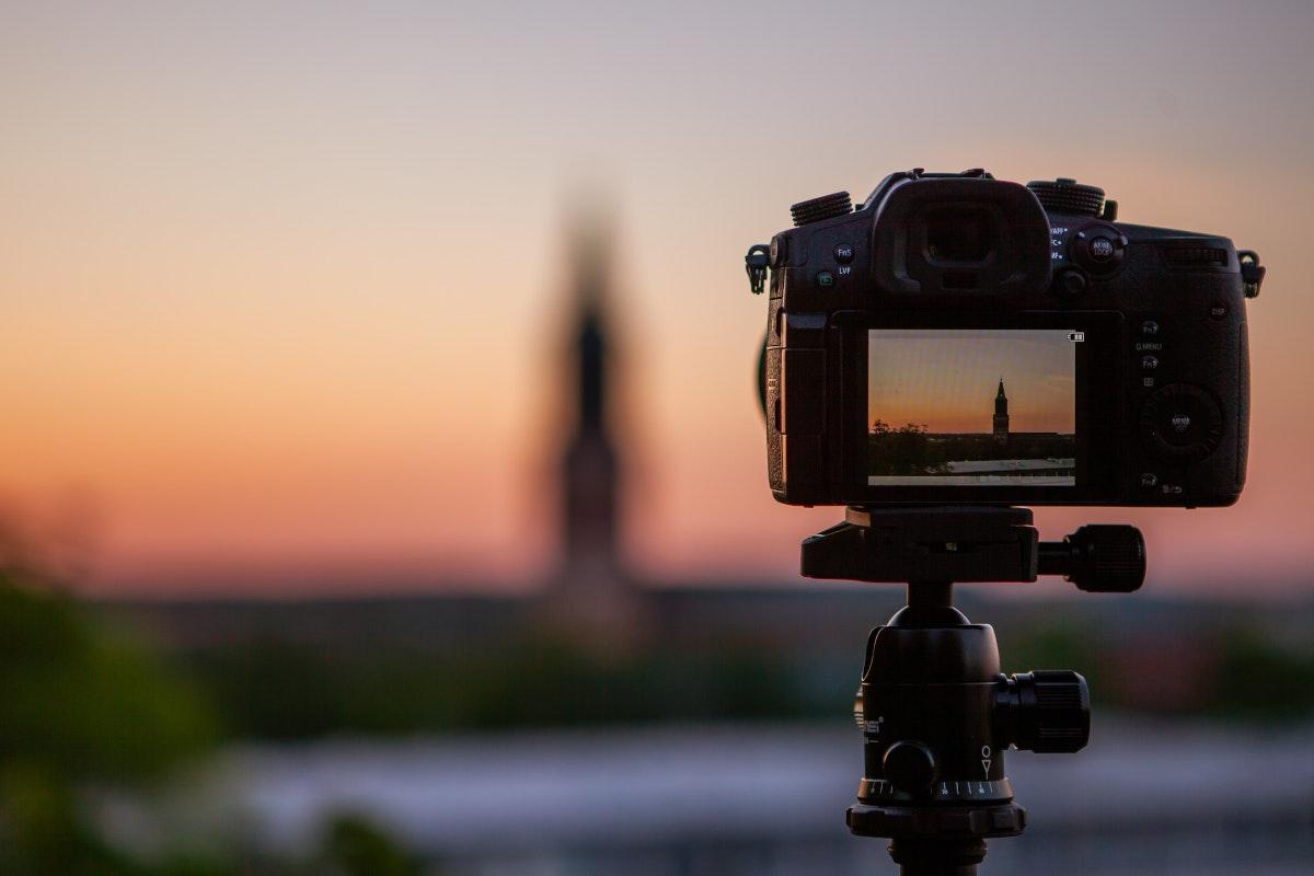 Kamera mit Stativ und Sonnenuntergang