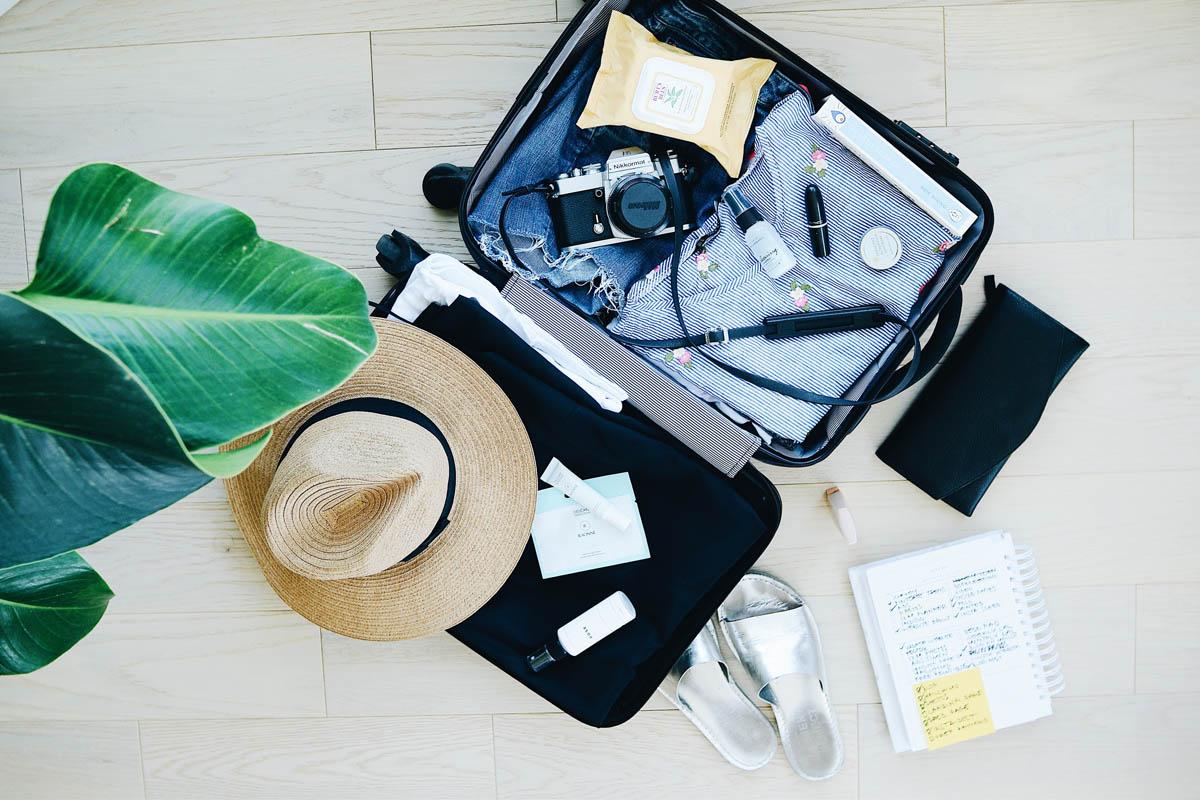 Ein Koffer liegt vollgepackt auf dem Boden