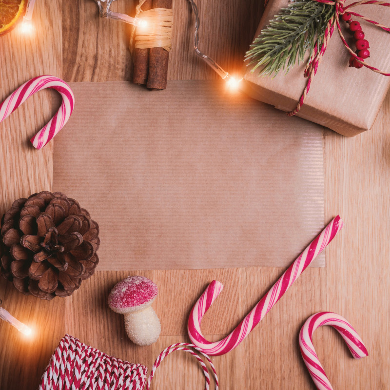 Zuckerstangen, Lichterkette, Zimtstangen und Geschenke