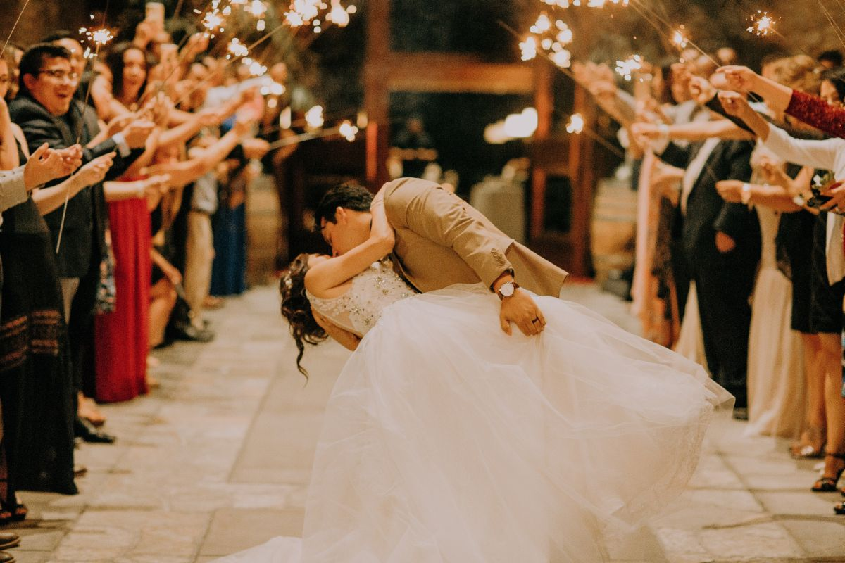 Brautpaar küsst sich bei der Hochzeit.