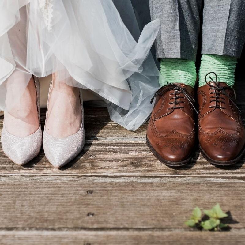 Schuhe des Brautpaares.