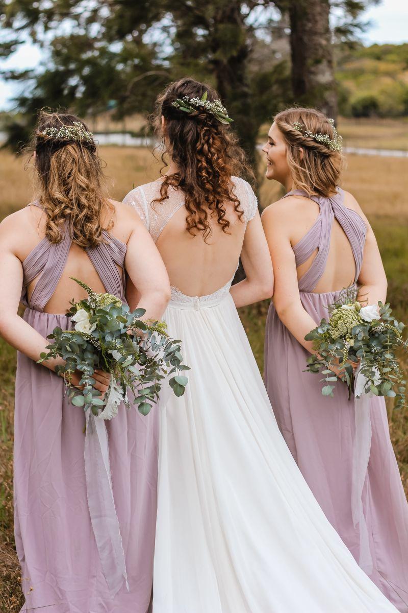 Brautjungfern zusammen mit der Braut.