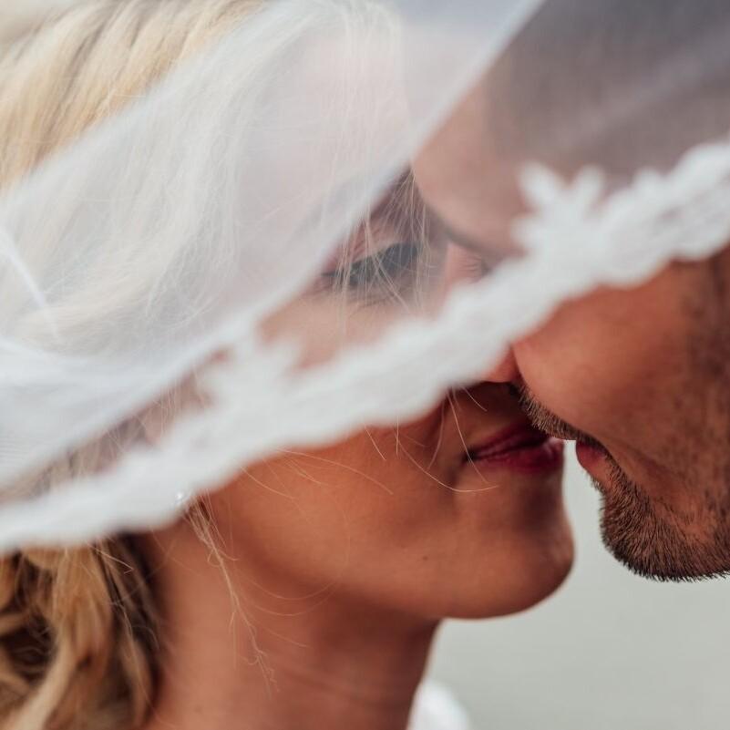 Brautpaar beim Hochzeitskuss