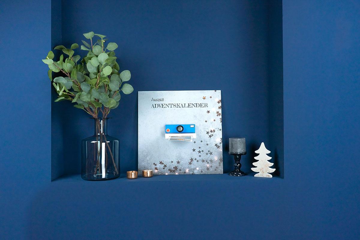 Der fertige DIY-Adventskalender mit Weihnachtsdekoration.