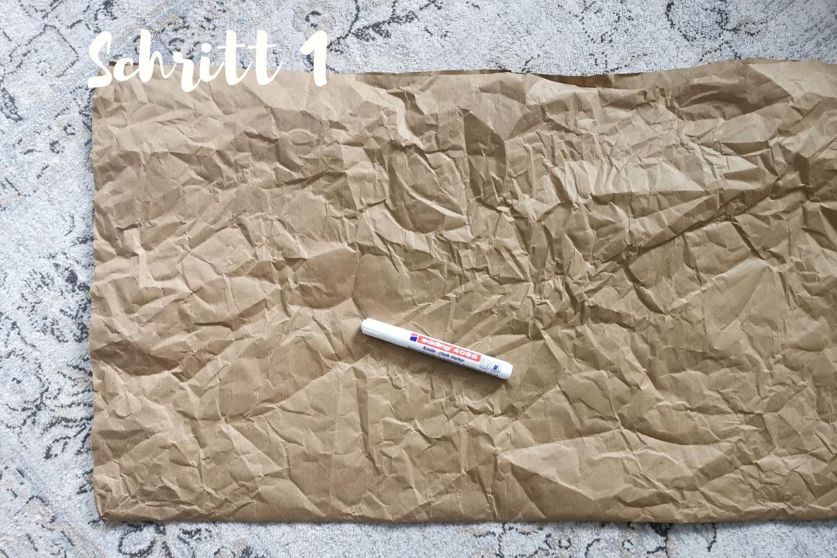 Kraftpapier liegt zusammengefaltet auf dem Boden