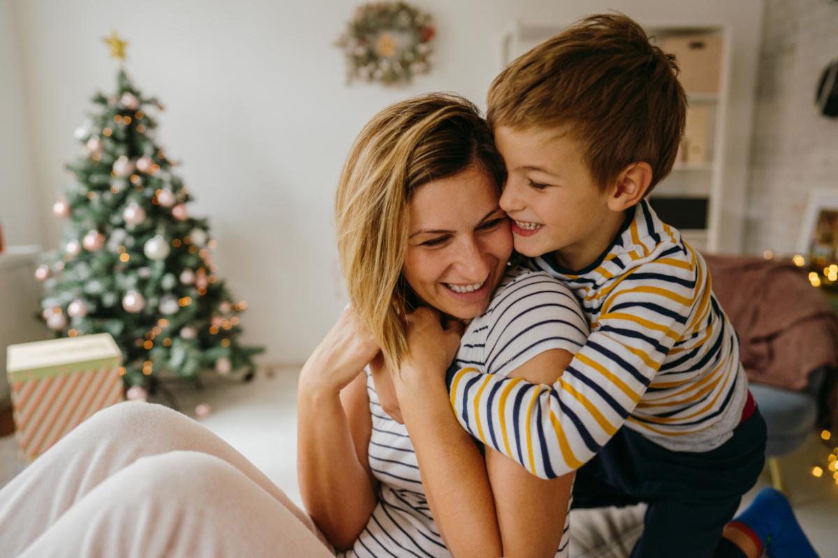 Mama und Sohn vorm Weihnachtsbaum