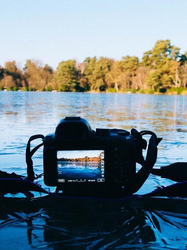 Spiegelreflexkamera liegt auf einem zugefrorenen See