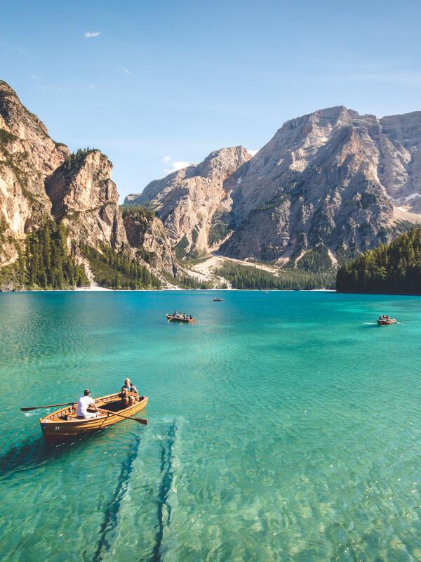 Bergsee mit Boot und Berge