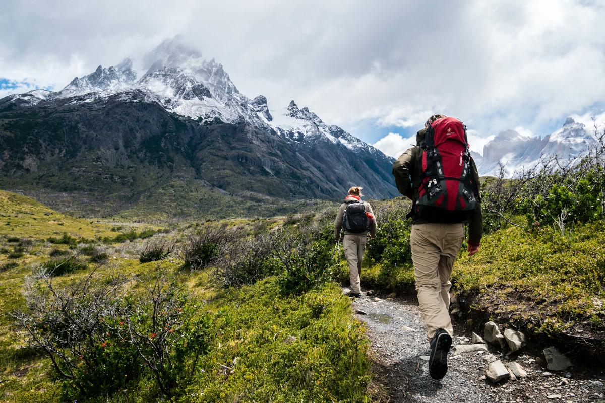 Mann und Frau wandern in den Bergen