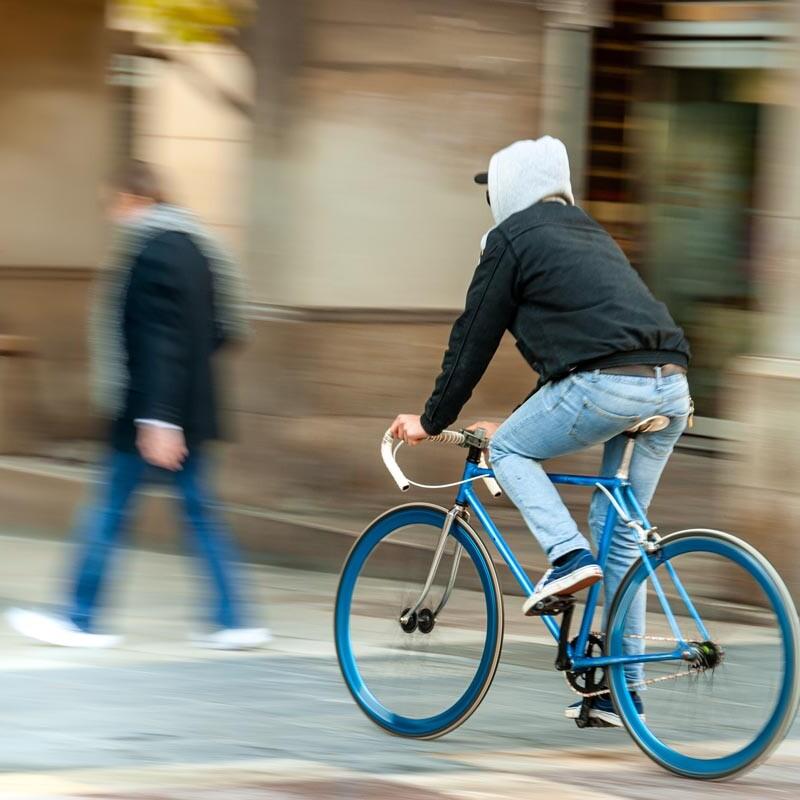 Fahrradfahrer in der Bewegung fotografisch eingefroren