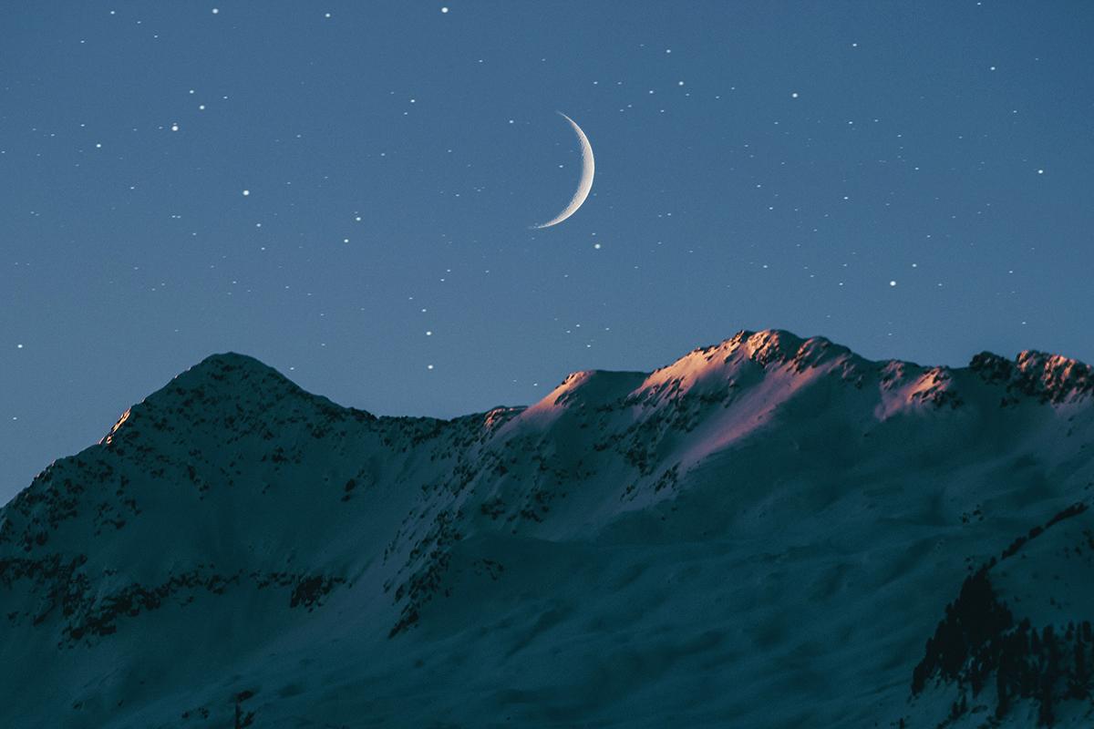 Sichelmond über Berge